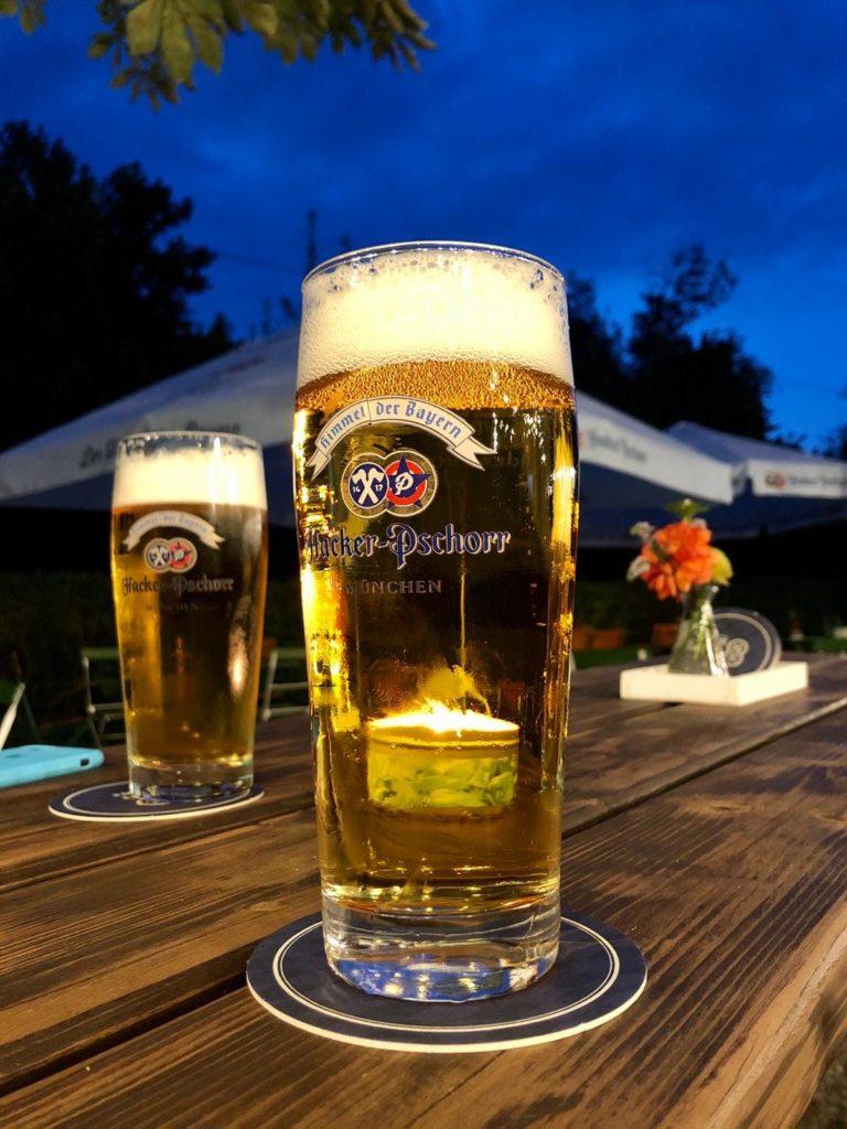 Biergarten mit Bier